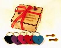 Lokot zaljubljenih - personaliziran s Vašim imenima i datumom + izgravirana poklon kutija